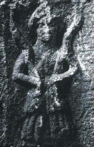 mulher com duas cobras nos braços