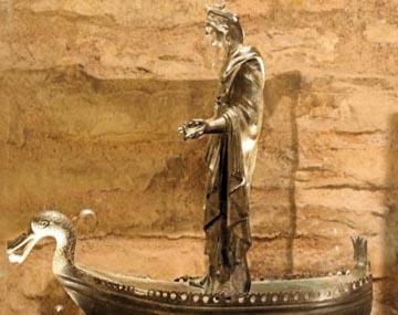 mulher em vestes romanas em um barco