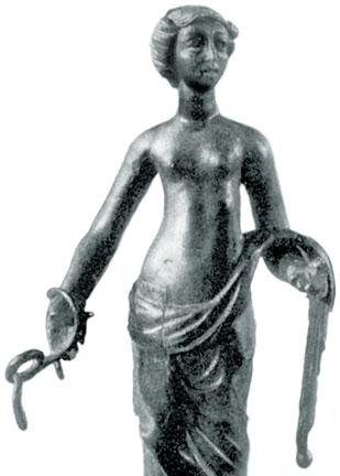 mulher com o peito nu segurando serpentes enroladas, em bronze